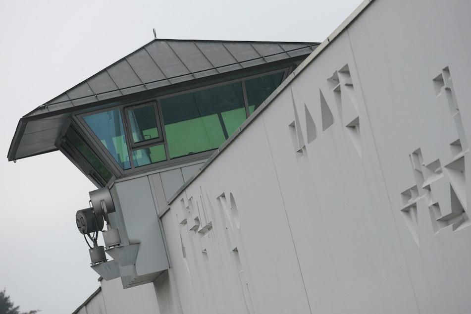 Ein Wachturm der Justizvollzugsanstalt Stadelheim.