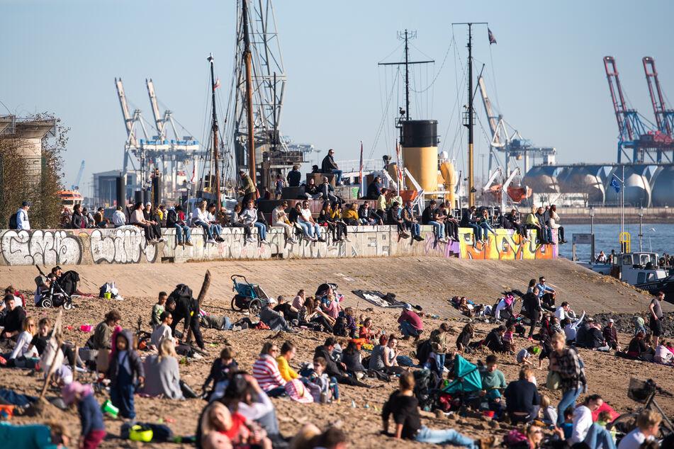 Zahlreiche Menschen genossen am Sonntag am Strand an der Elbe in Hamburg die Sonne.