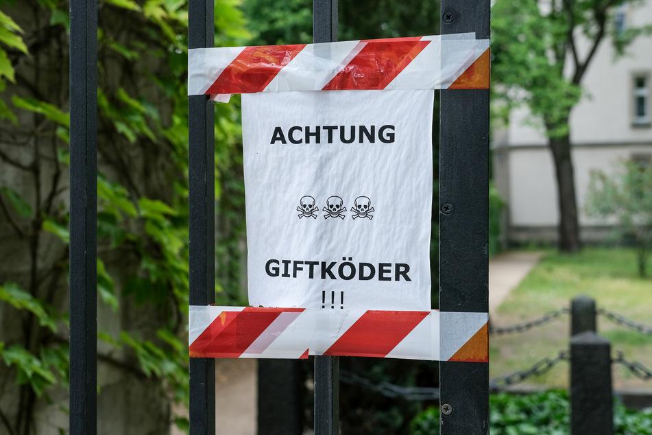 """Ein Zettel mit der Aufschrift """"Achtung Giftköder""""."""