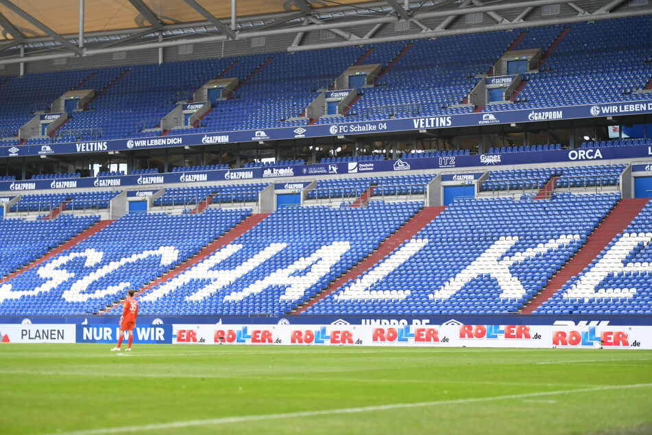 Ein Blick auf die leere Tribüne mit den übergroßen Buchstaben Schalke.