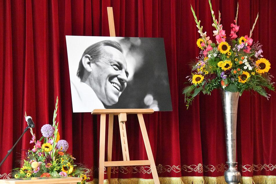 Ein Bild von Herbert Köfer steht bei der Trauerfeier der Stadt Beelitz auf der Bühne.