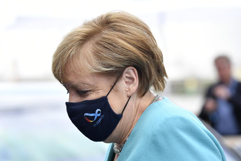 Bundeskanzlerin Angela Merkel trägt bei der Ankunft zur Vorstands-Klausur der CDU/CSU-Bundestagsfraktion eine Maske.