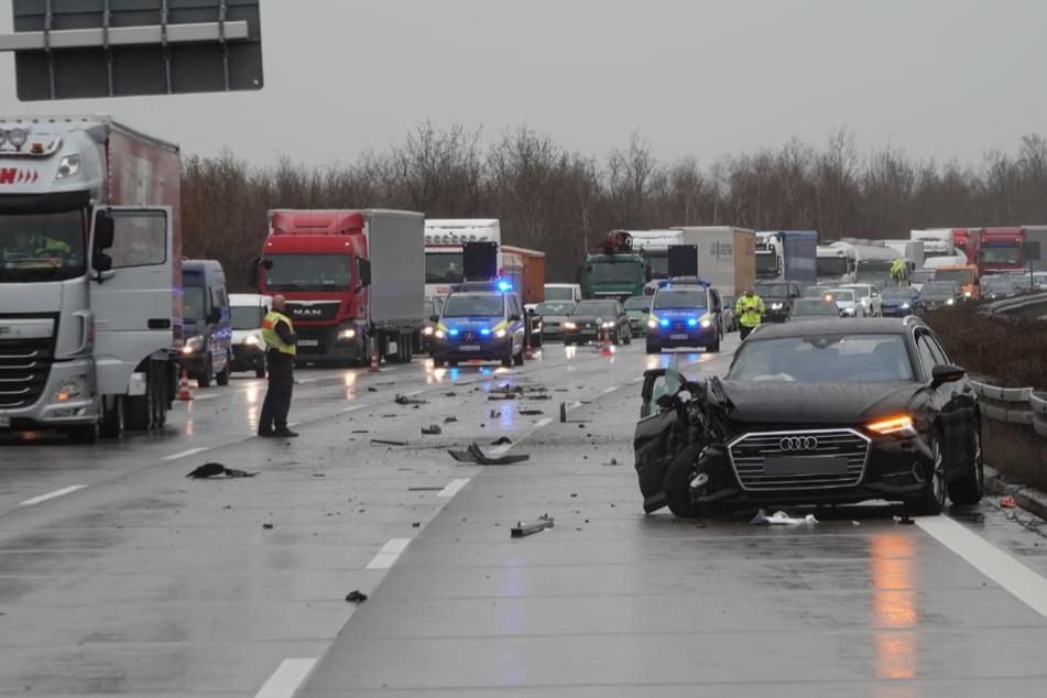 Auto kracht in Lkw: Zwei Verletzte bei Unfall auf A9
