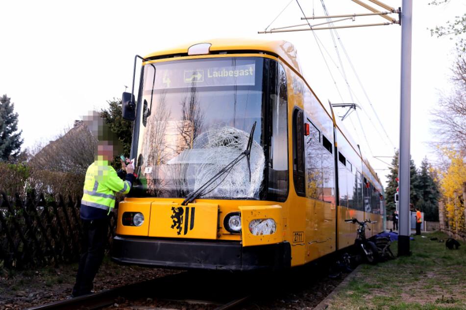 Durch den Aufprall wurde auch die Straßenbahn beschädigt.
