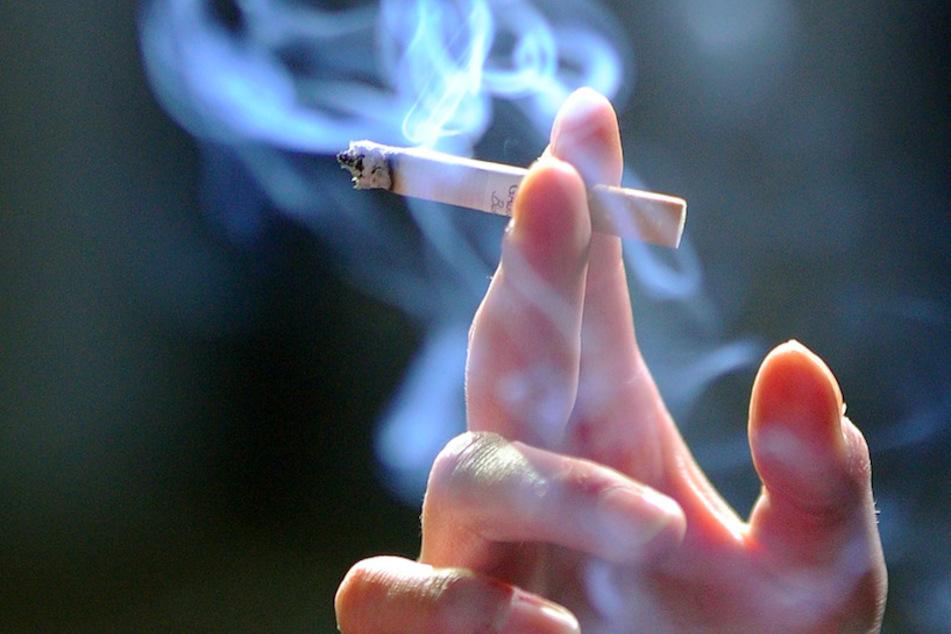 17 Prozent der Raucher in Deutschland greifen einer Studie zufolge seit der Pandemie häufiger zur Zigarette. (Symbolbild)