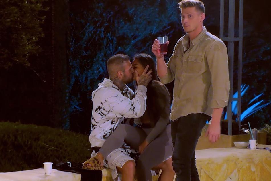 Tommy (25) fordert Diogo und Aurelia zum Kuss auf. Dass er damit Erfolg haben würde, hat er offenbar nicht erwartet.