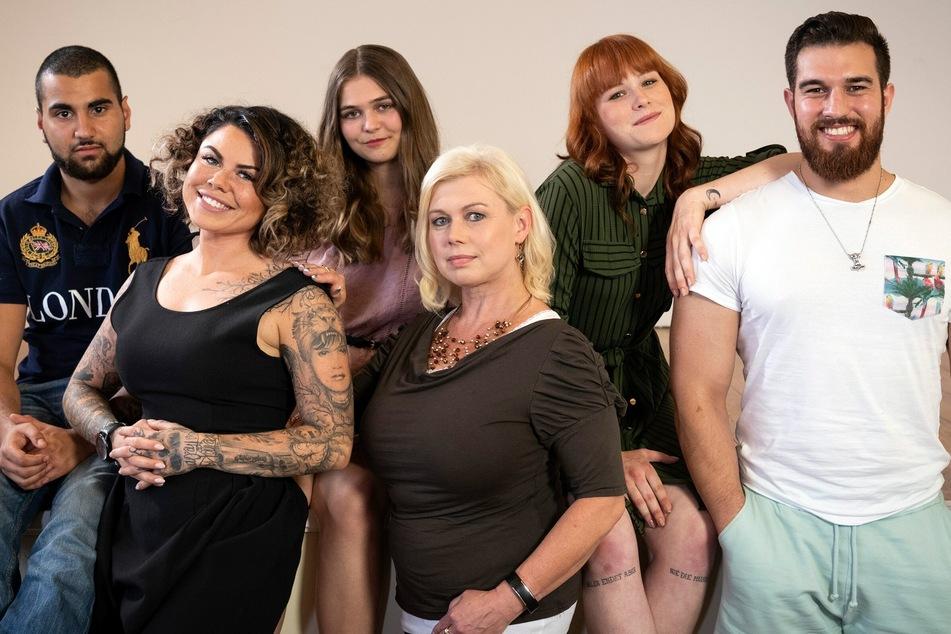 Deniz (r.), Therapeutin Diana Kerzbeck (vorn Mitte) und die restlichen Protagonisten.