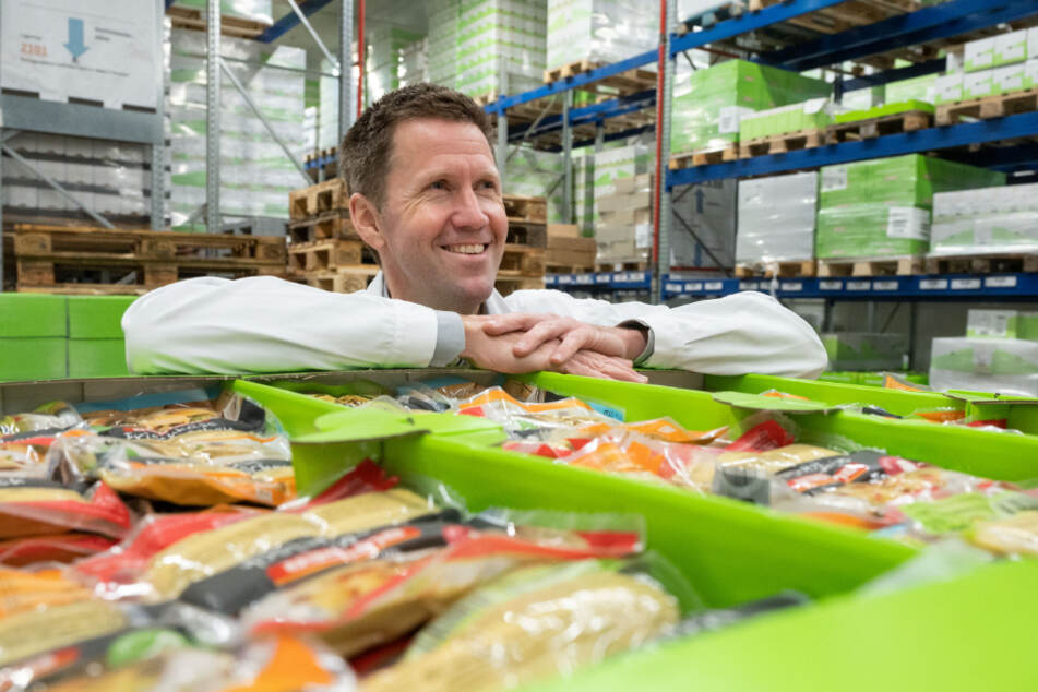 Martin Bihlmaier, Geschäftsführer des Teigwarenproduzenten Bürger GmbH & Co. KG, lehnt im Lager auf einer Palette mit Bürger-Produkten.