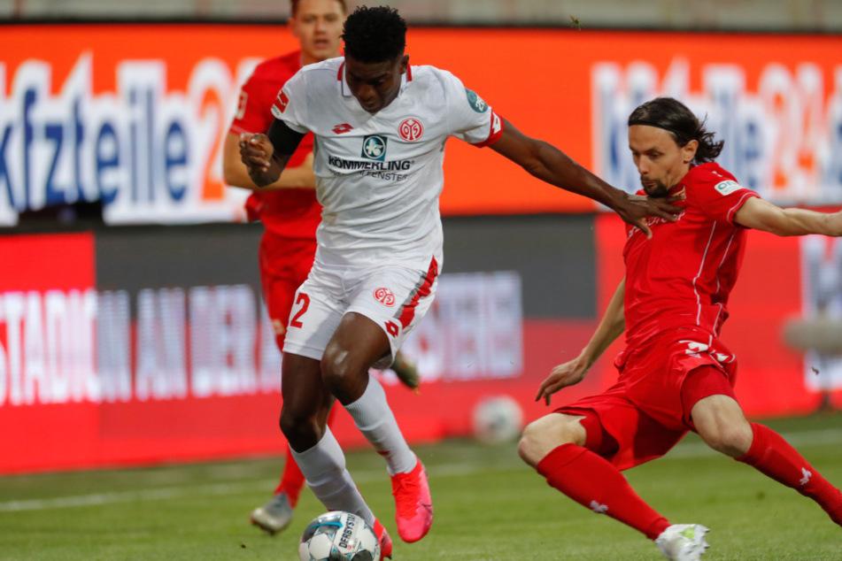Taiwo Awoniyi (l.) von Mainz und Neven Subotic von Union kämpfen um den Ball.