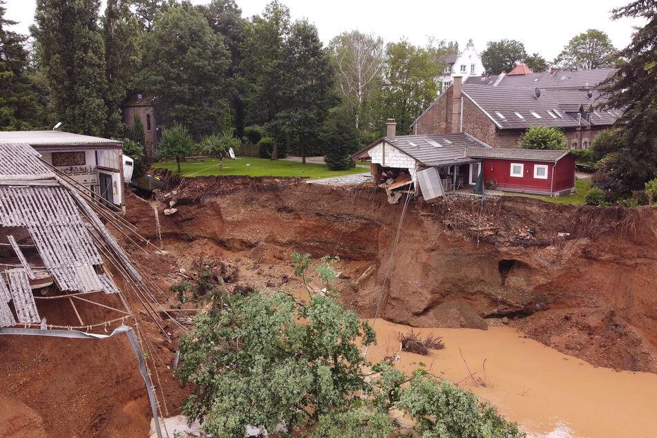 Mit den Fluten kam die Zerstörung: Viele Häuser sind unbewohnbar und müssen in mühseliger Arbeit wieder errichtet werden, wie hier ein Pferdestall in Erftstadt.