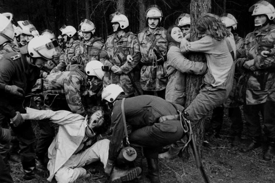 Polizeieinsatz bei einer Demonstration gegen Waldrodung für das Atomlager Gorleben in einer Aufnahme von Hamburger Kiez-Legende und Fotograf Günter Zint (79).