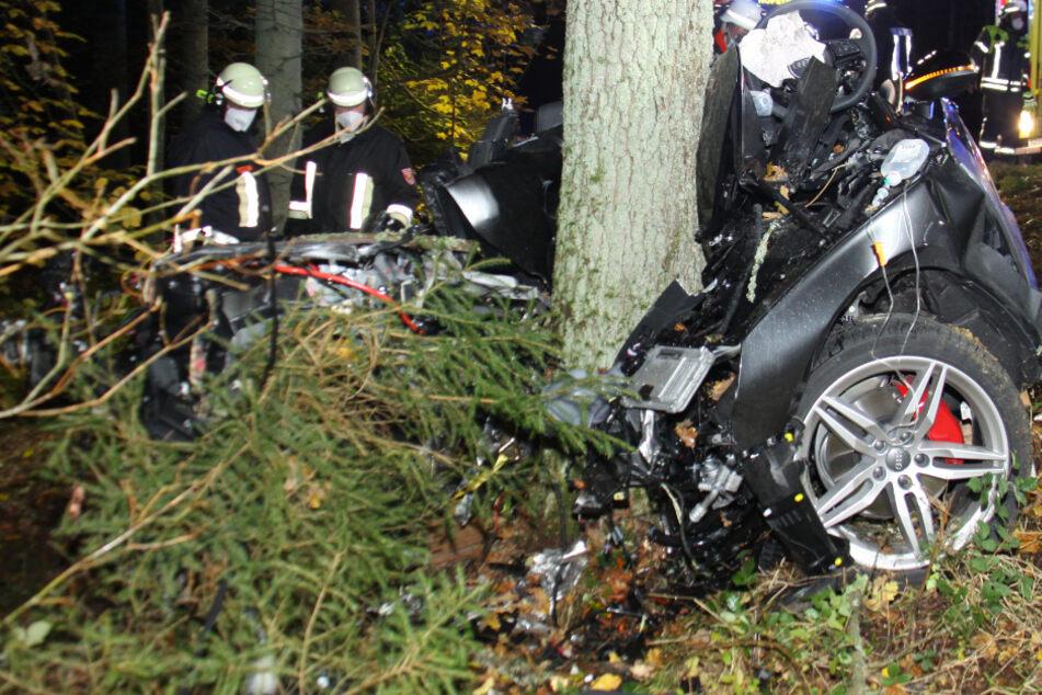 Audi wickelt sich bei Unfall um Baum: Fahrer eingeklemmt und schwer verletzt