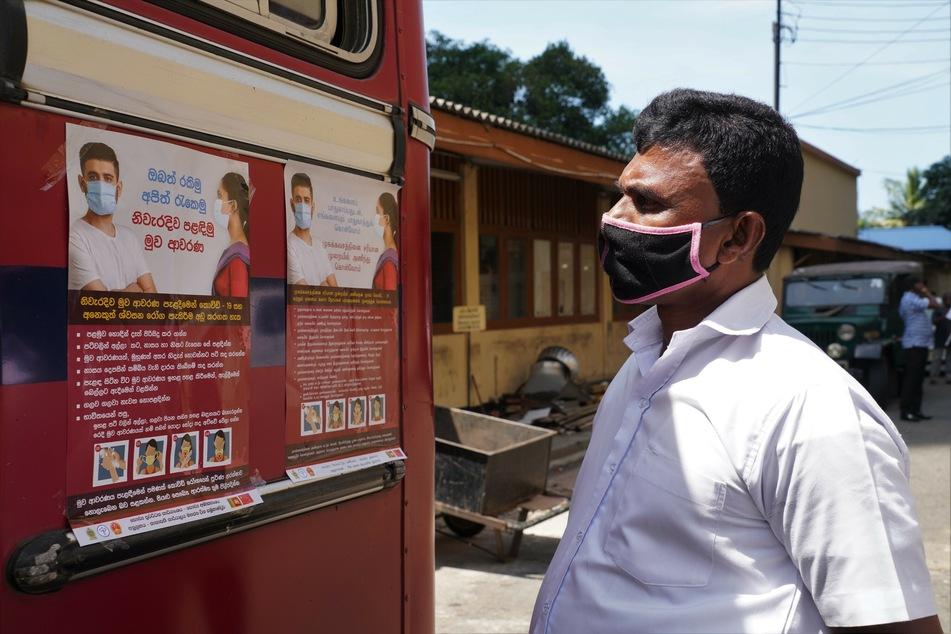 In Sri Lanka kommt man schlimmstenfalls bis zu einem halben Jahr lang ins Gefängnis, wenn man keine Maske trägt.