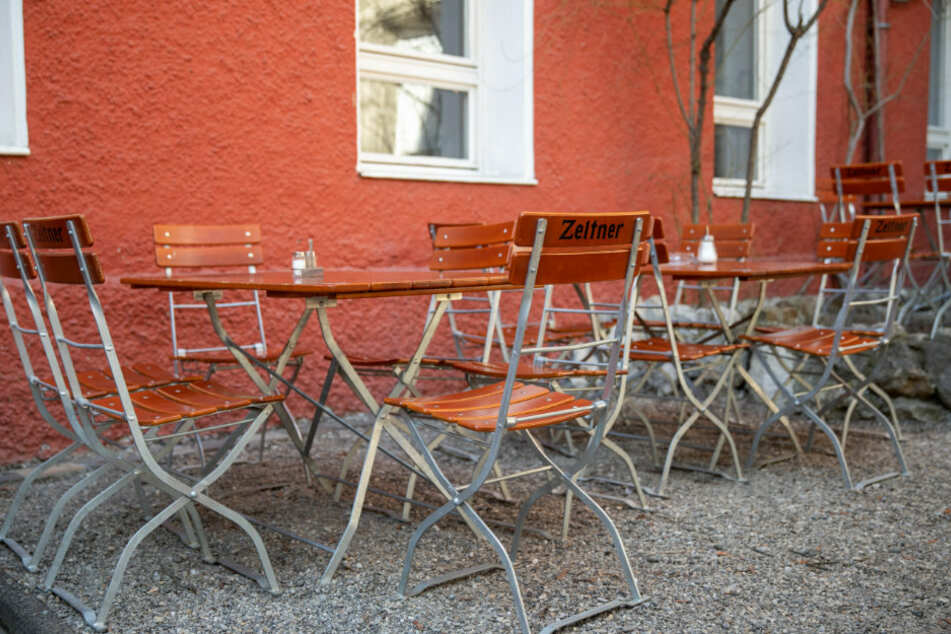 Leere Stühle und Tische in Nürnberg.