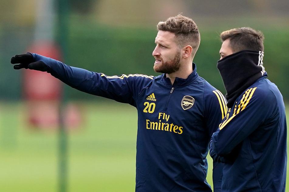Mesut Özil (im Schal eingemummelt) und sein Arsenal-Teamkollege Shkodran Mustafi. Momentan häufig nur noch Trainingspartner.