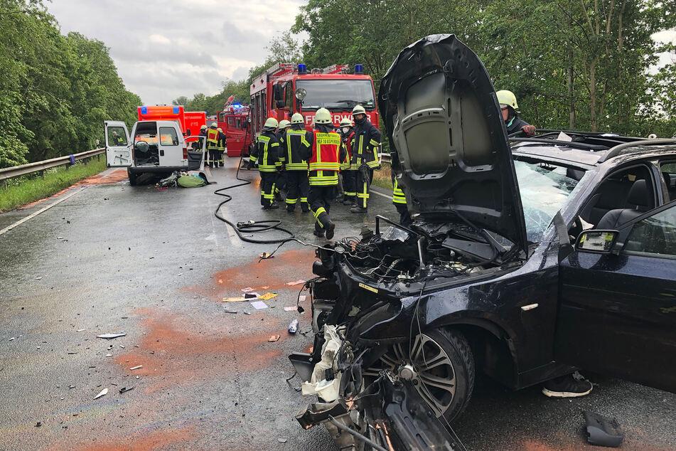 Autofahrer gerät in Gegenverkehr: Vier Unfallopfer per Helikopter ausgeflogen