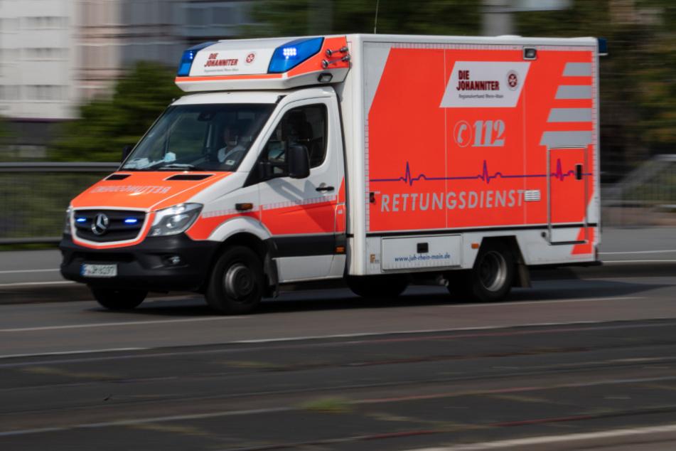 Die Frau wurde mit einer Stromverletzung in ein Krankenhaus gebracht. (Symbolfoto)