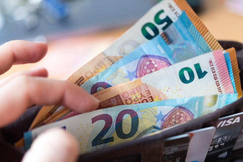 Eine neue Langzeitstudie soll herausfinden, wie sich der Alltag von Menschen verändert, die bedingungslos 1200 Euro pro Monat erhalten. (Symbolbild)