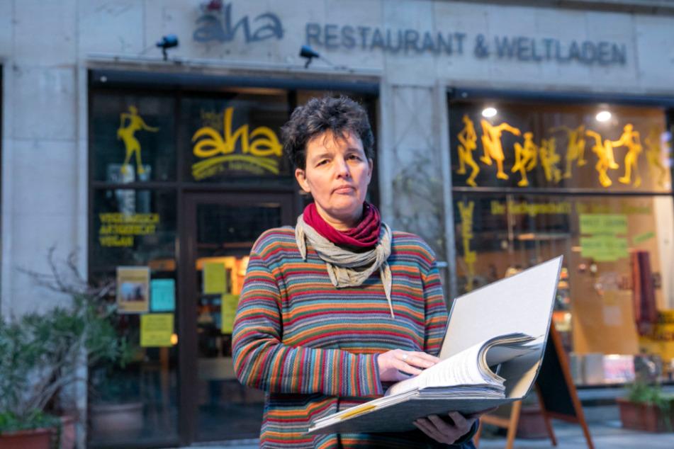 Claudia Greifenhahn (53) vom aha-Café an der Kreuzkirche stemmt sich gegen die Insolvenz. Ihre beiden Läden und das Café sind seit Wochen dicht.