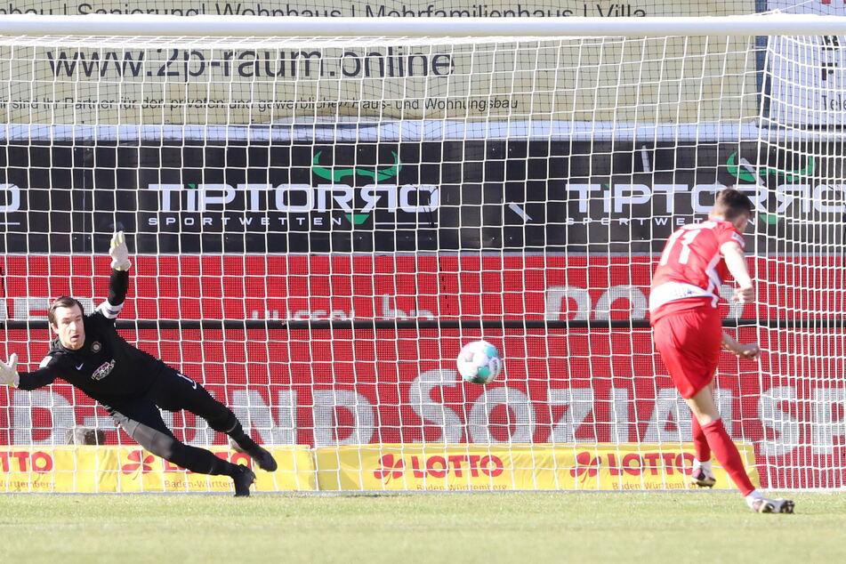 Elfmeter Nummer 1 für den 1. FC Heidenheim im Spiel gegen den FCE Aue, aber Martin Männel (32) pariert den Schuss von Denis Thomalla. Später kaufte der Keeper auch noch Christian Kühlwetter einen Strafstoß ab.