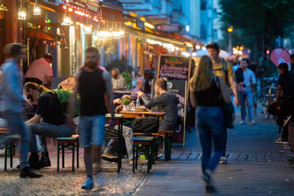 Menschen sitzen in Restaurants und Bars in Friedrichshain. (Symbolbild)