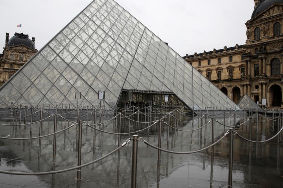 Der Platz vor dem Louvre ist menschenleer.