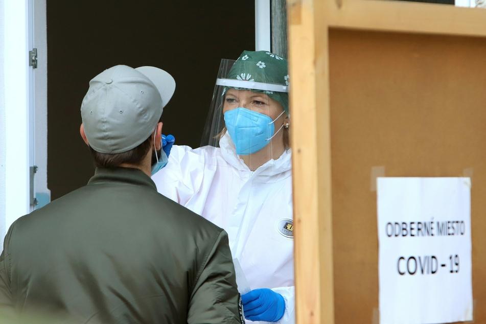In der Slowakei wurde erneut ein Massentest durchgeführt. Zwei Millionen Menschen haben sich freiwillig auf das Coronavirus testen lassen.