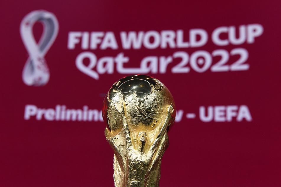 Der FIFA-WM-Pokal steht vor Beginn der Auslosung auf der Bühne.