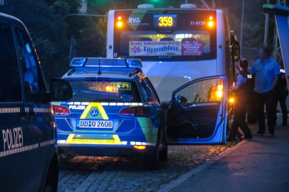 In Aue-Bad Schlema wurde am Samstag ein junger Mann (20) in einem Bus von einer fremdenfeindlichen Gruppe angegriffen.