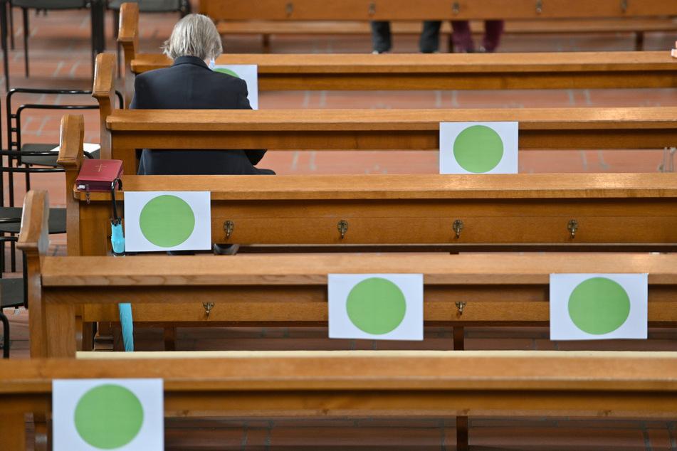 Grüne Punkte zeigen die Plätze (120) für Besucher des Gottesdienstes in der Hohen Domkirche in Trier an. Die Mehrheit der Deutschen spricht sich für ein Verbot der Gottesdienste zu Weihnachten aus.