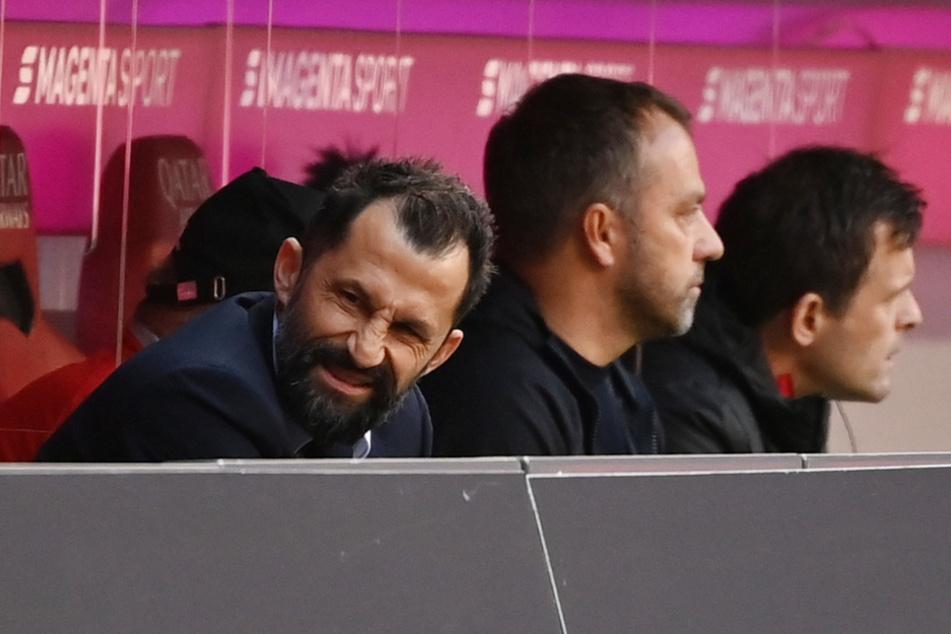 Hasan Salihamidzic (l., 44), Sportvorstand vom FC Bayern, verzieht neben Münchens Trainer Hansi Flick das Gesicht.