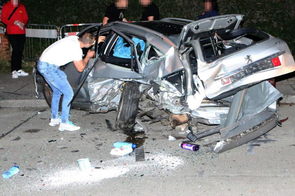 Ein geparkter Peugeot wurde fast bis zur Unkenntlichkeit zerstört