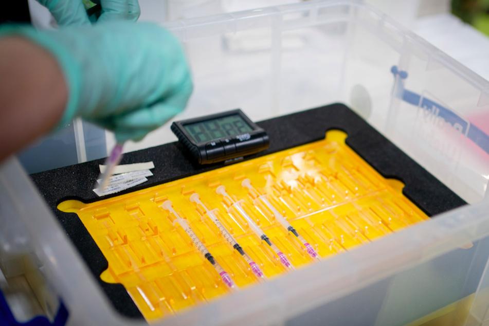 Spritzen mit dem Impfstoff des Herstellers Biontech/Pfizer gegen das Coronavirus liegen in einer Box.