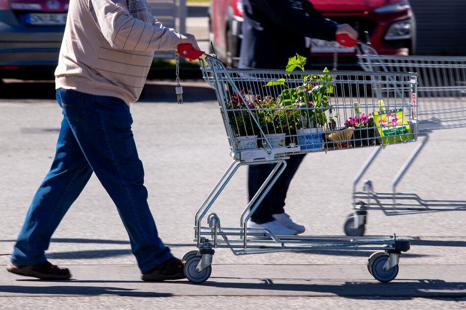 Ein 44-Jähriger nutzte einen Einkaufswagen als Waffe gegen die Polizei. (Symbolbild)