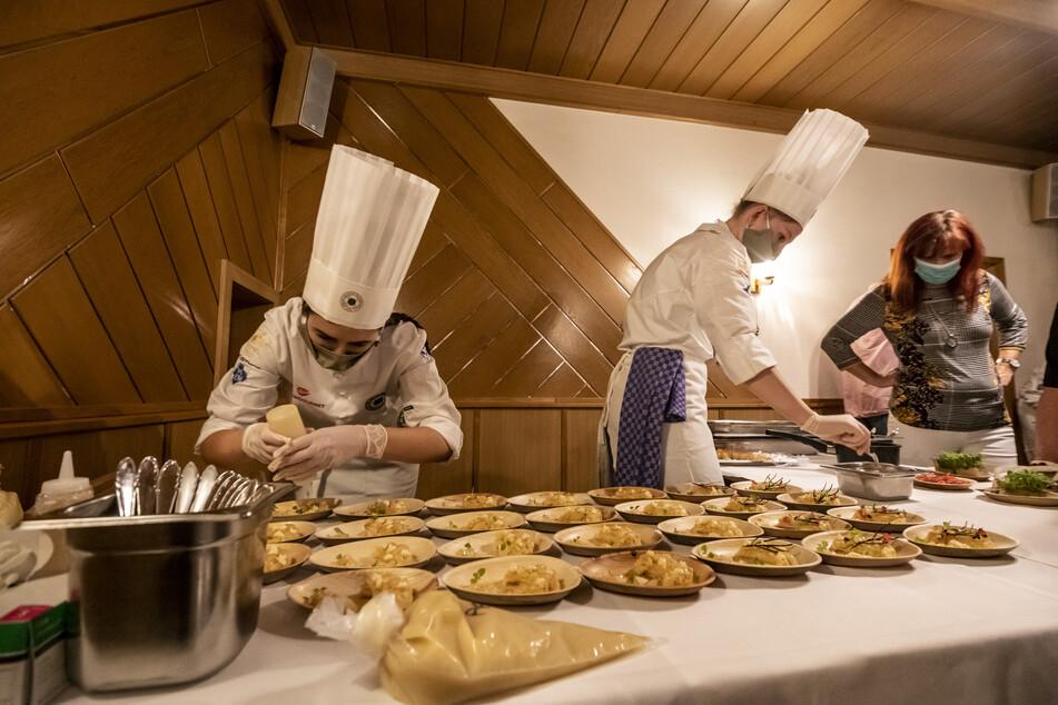 Die National-Köche legten sich in Leukersdorf ins Zeug.