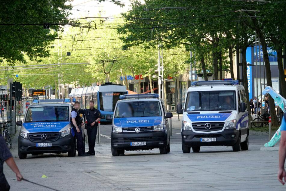 Am Marktausgang wachen Polizisten.