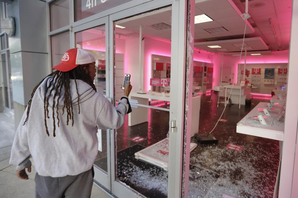 Ein Mann fotografiert den Schaden in einer Filiale von dem Mobilfunkanbieter T-Mobile nach einem Protest in Louisville. Der Auslöser für die Proteste war der Tod des Afroamerikaners George Floyd infolge eines brutalen Polizeieinsatzes in Minneapolis gewesen.