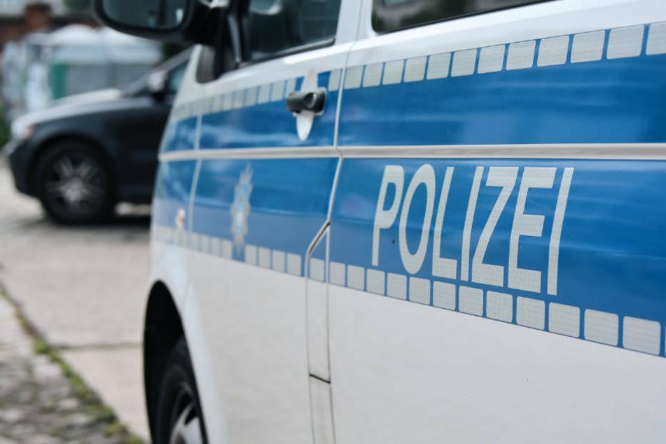 Polizisten werden von Menschengruppe ohne Masken angegriffen