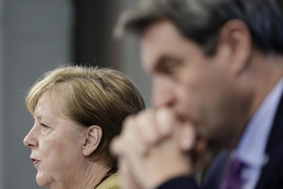 Bundeskanzlerin Angela Merkel (66, CDU, l) nimmt neben Markus Söder (53, CSU), Ministerpräsident von Bayern und CSU-Vorsitzender, an der Pressekonferenz nach den Beratungen von Bund und Ländern über weitere Corona-Maßnahmen teil.