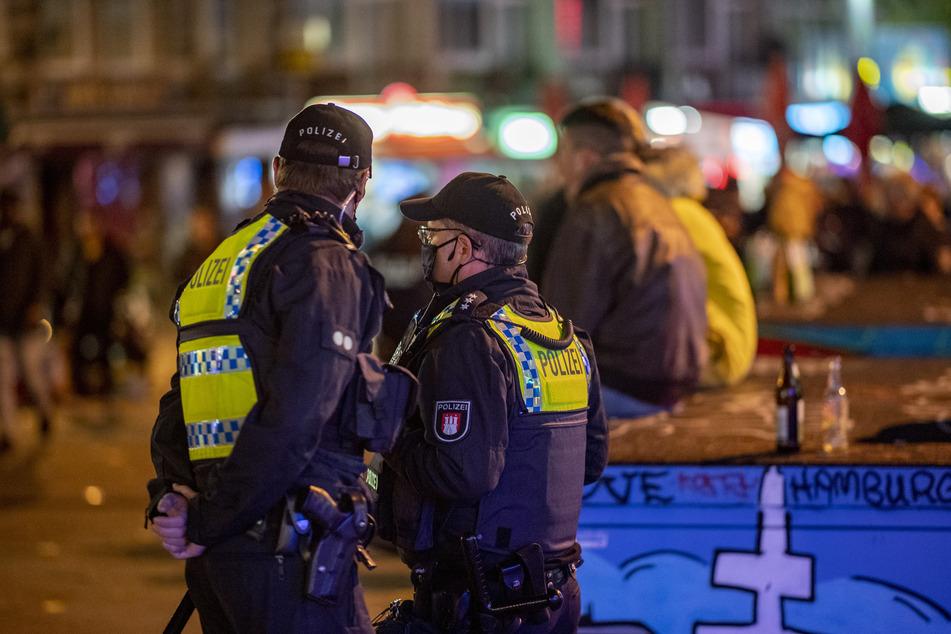 Polizisten kontrollieren die Einheilung der Corona-Maßnahmen auf der Reeperbahn.