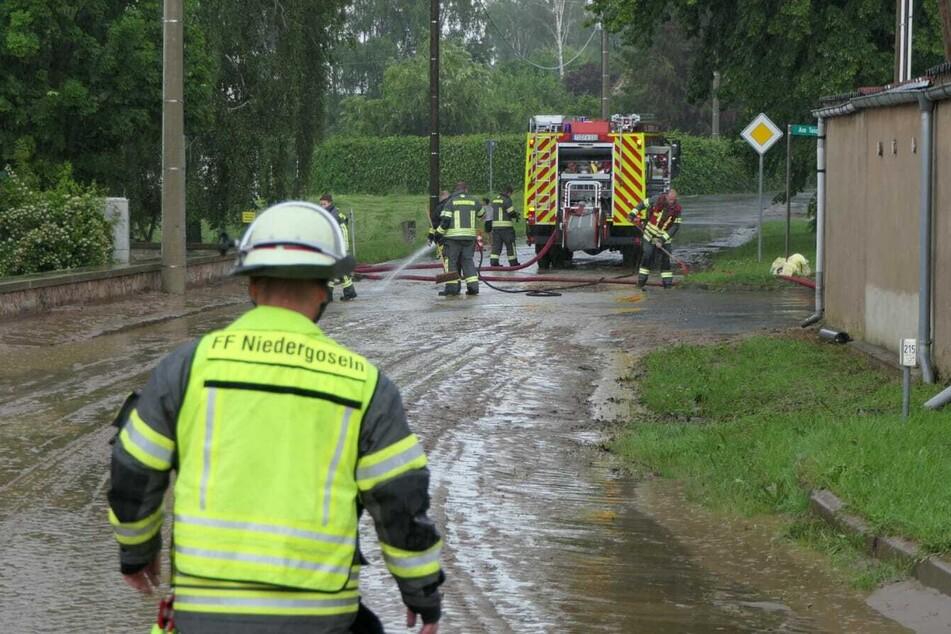In Mügeln und Umgebung waren am Donnerstag aufgrund des Starkregens zahlreiche Straßen mit Schlamm und Wasser überschwemmt.