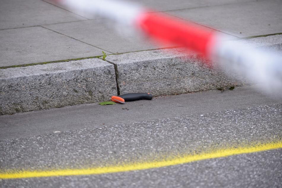 Ein beschädigtes Messer liegt in einer Spurenmarkierung am Tatort.