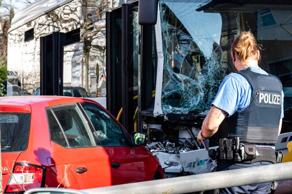 Busfahrerin wird während der Fahrt bewusstlos: Sechs Menschen nach Unfall in Klinik