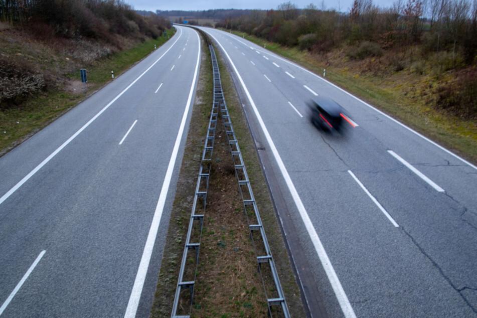 Mann liegt hilflos an Autobahn im Gras