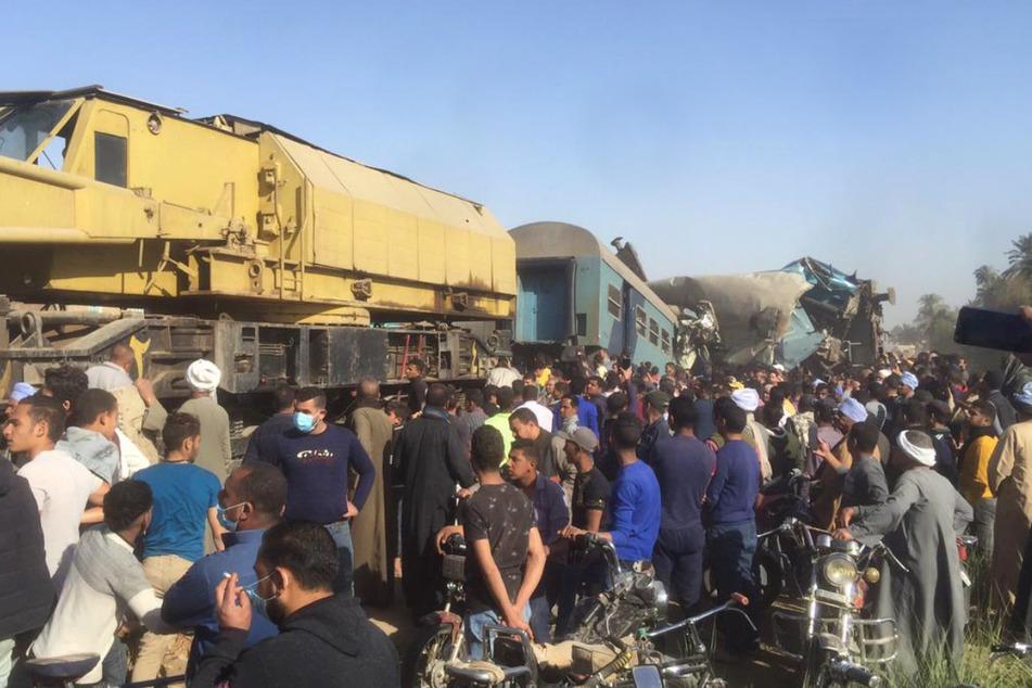 An der Unfallstelle versammelten sich viele Menschen.