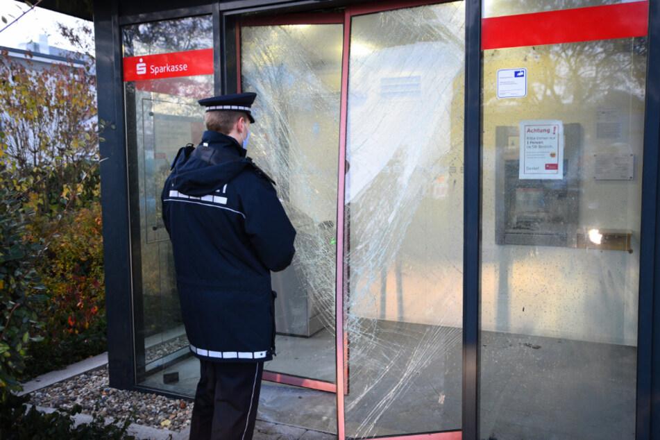 Ein Polizist steht vor dem Bankautomaten. In der Nacht hatten Täter versucht, diesen zu sprengen.