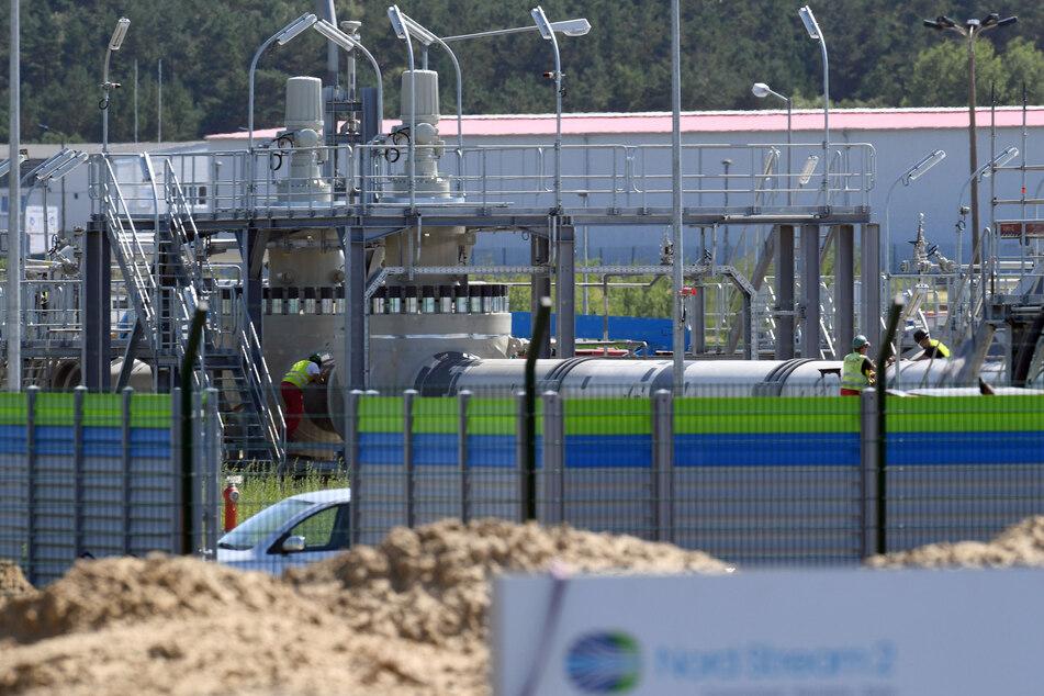 Mecklenburg-Vorpommern, Lubmin: Arbeiter stehen auf der Baustelle der Empfangsstation der Ostseepipeline Nord Stream 2.