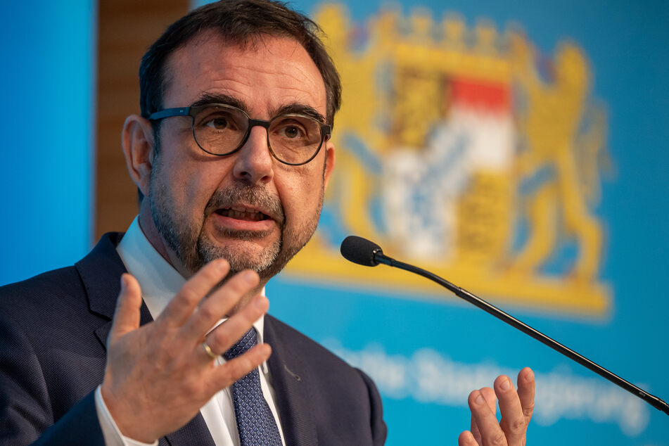 Vor dem Impfgipfel von Bund und Ländern fordert Bayerns Gesundheitsminister Klaus Holetschek (56, CSU) eine schnelle bundesweite Regelung für Corona-Impfungen durch Hausärzte.