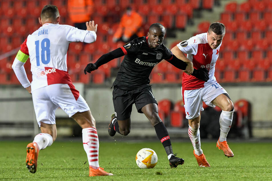 Leverkusens Moussa Diaby (M.) kämpft mit Slavias Tomas Malinsky (r.) und Jan Boril um den Ball.