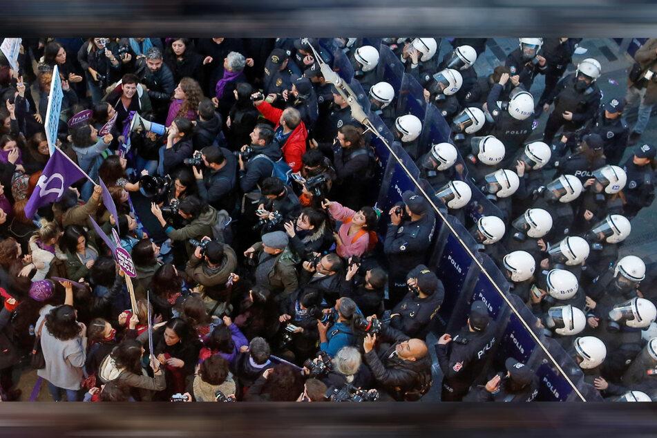 Türkische Polizisten blockieren Demonstranten während einer Kundgebung im November 2018 in Istanbul anlässlich des Internationalen Tages der Vereinten Nationen zur Beseitigung von Gewalt gegen Frauen.